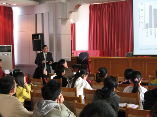 Professor Kong Jiming Of Manitoba University in Canada And Professor Zhong Guang Ming Of Texas University in America Come to Our School to Give Lectures